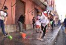 Ayto citadino y locatarios limpian calles adyacentes a mercados del centro