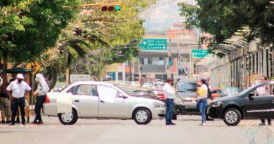 Directores de 260 planteles del IEBO realizan bloqueos; exigen pagos pendientes