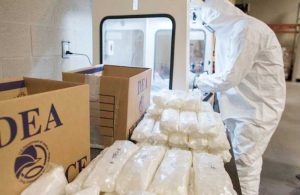 DEA lanza alerta por circulación de medicinas falsas con fentanilo producidas en México